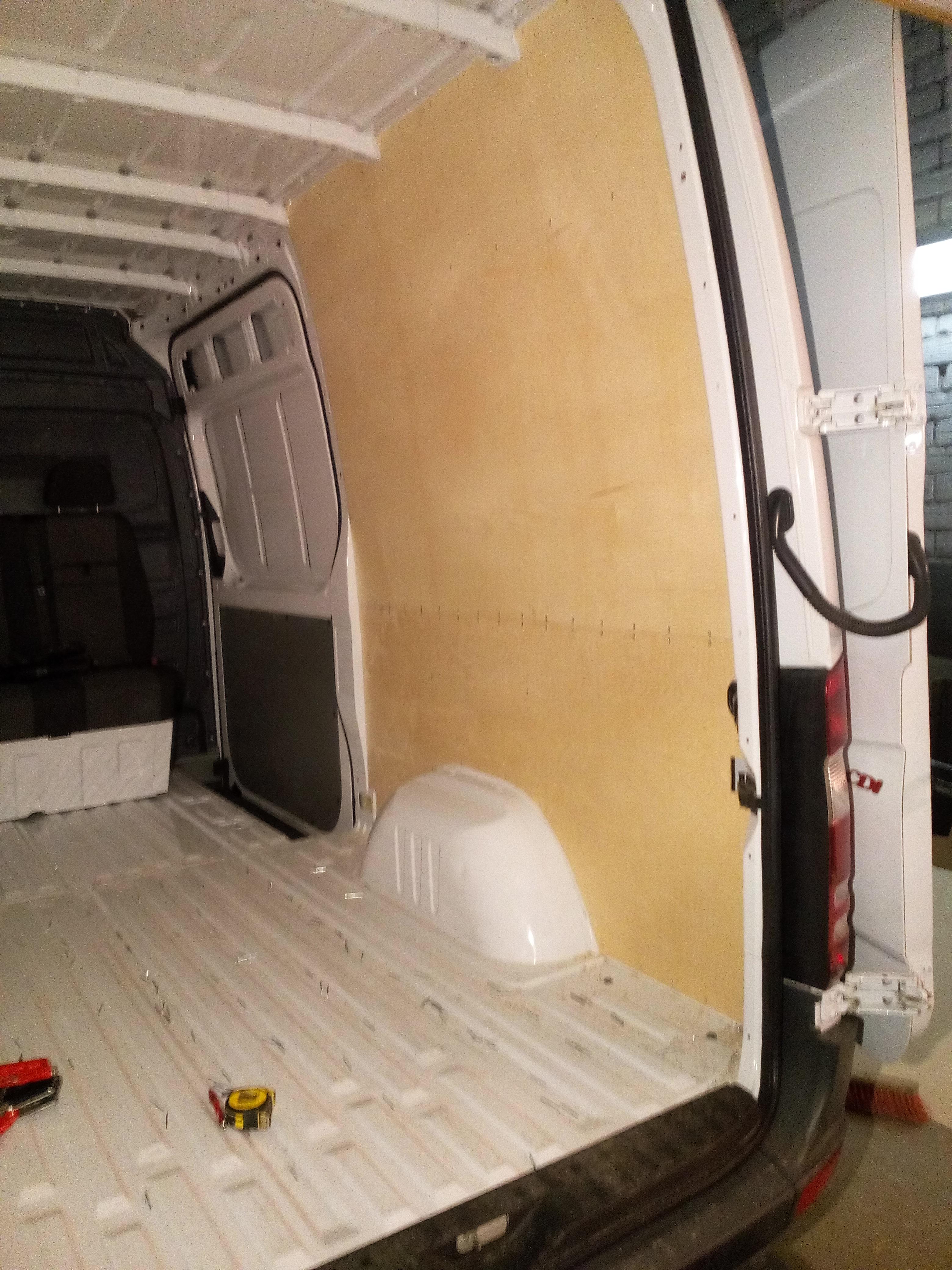 Automašīna Mercedes Sprinter kravas nodalījuma apdares procesā.