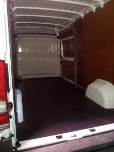 Automašīnas Citroen Jumper kravas nodalījuma apdare.