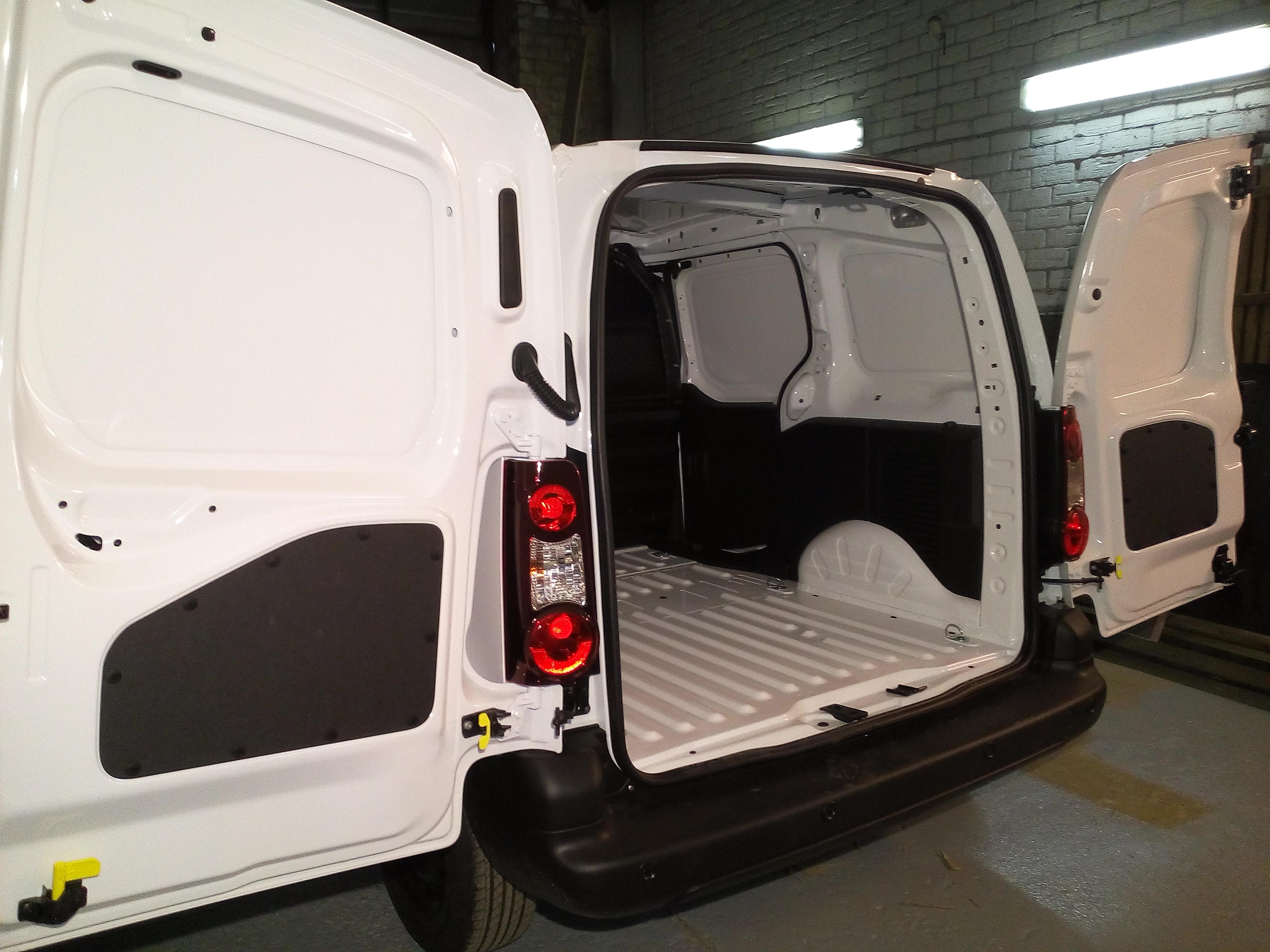 Peugeot Partner pirms kravas nodalījuma apdares