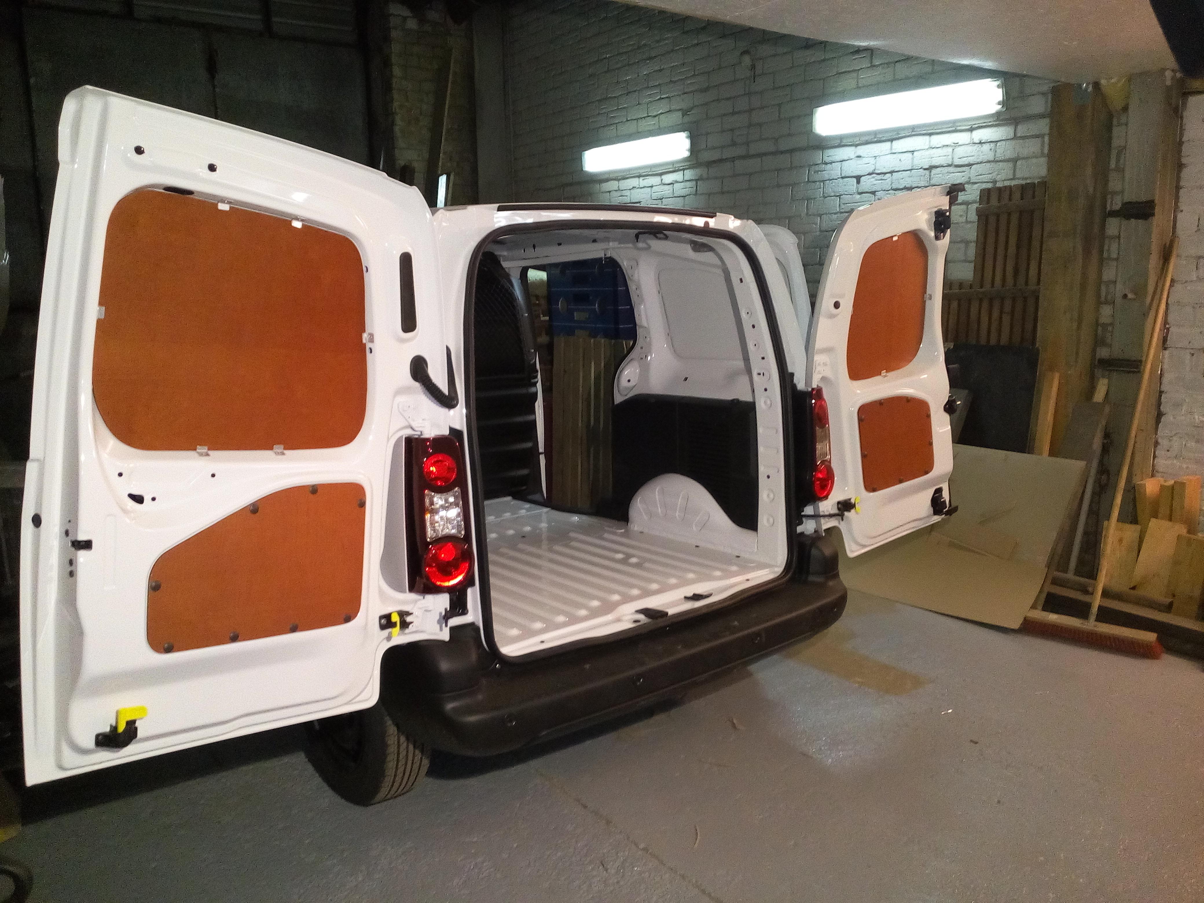 Peugeot Partner kravas nodalījuma sānu un durvju apdare