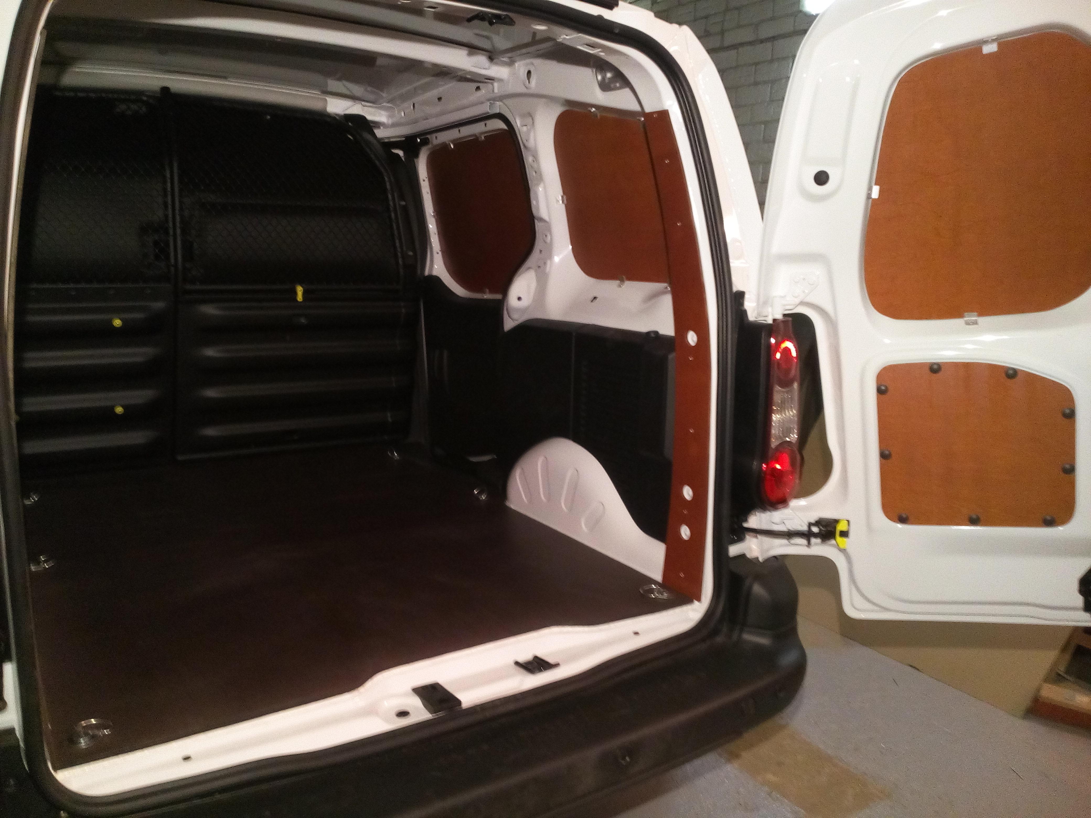 Peugeot Partner kravas nodalījuma sānu, durvju un grīdas apdare